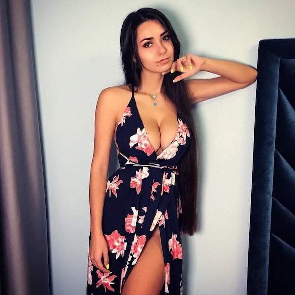 Girls In Dresses (50 pics)