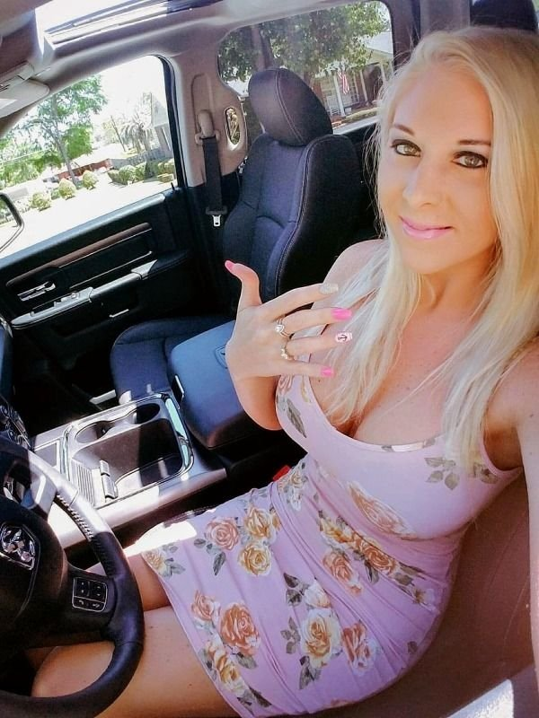 Hotness Gallery of cute girls taking car selfies .PSA: Come to a complete stop before taking a Car Selfie (33 Photos) 16