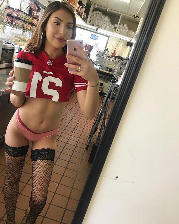 'Bikini barista' coffee shop has people whipped up into a lather (31 Photos) 3