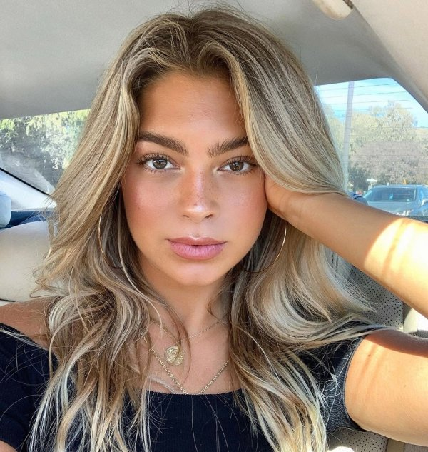 Hotness Gallery of cute girls taking car selfies .PSA: Come to a complete stop before taking a Car Selfie (33 Photos) 2
