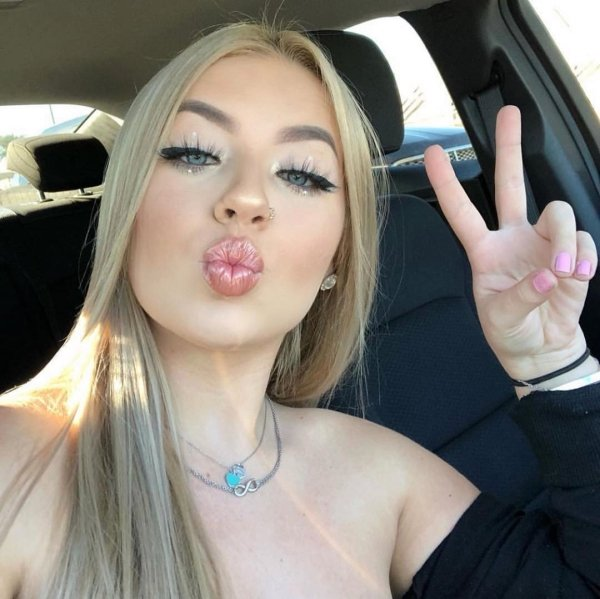 Hotness Gallery of cute girls taking car selfies .PSA: Come to a complete stop before taking a Car Selfie (33 Photos) 4
